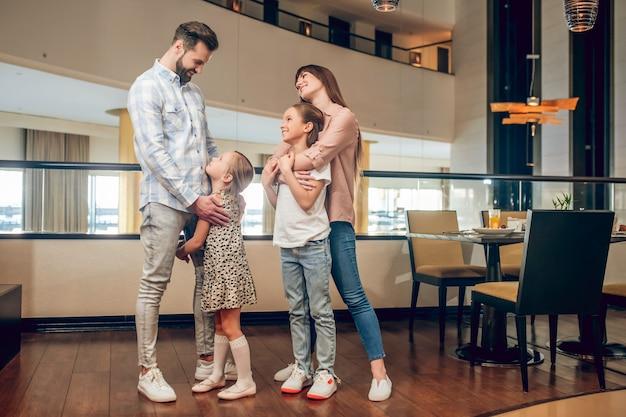 В отеле. две девушки и их родители в отеле