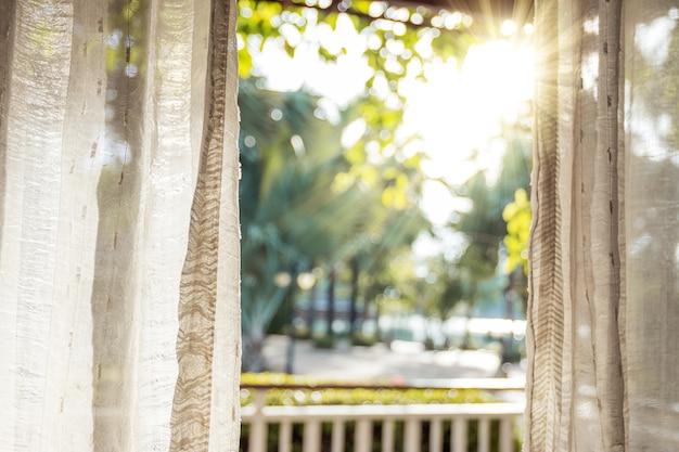 Утром солнце светит в дверь через белые занавески.