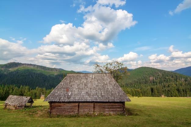 В горах карпатской деревни синевир заброшенный деревянный дом. без арендаторов.