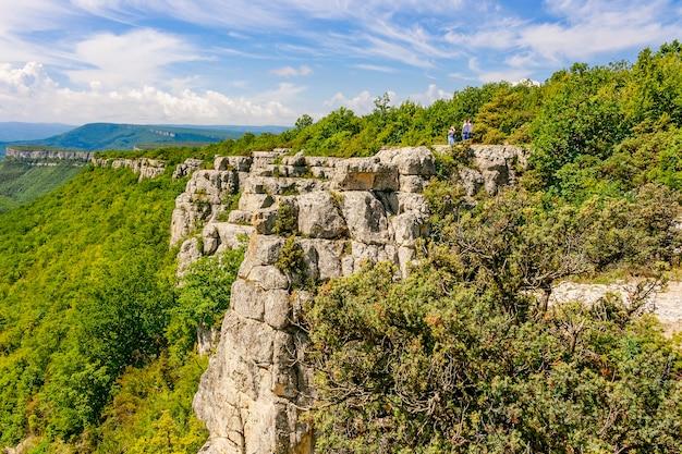 クリミア半島の山々では、高い崖からの観光客が野生生物を賞賛しています