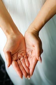 少女や花嫁の結婚指輪の手のひらで。