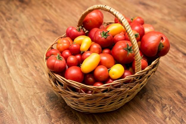 사진에는 토마토 바구니가 있습니다. 정원에서 신선한 유기농 식품.