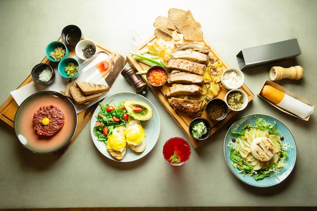レストランで。レストランのテーブルの上に立っているおいしい料理の上面図