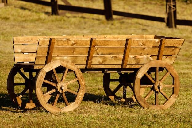 Летом в деревне старая деревянная телега