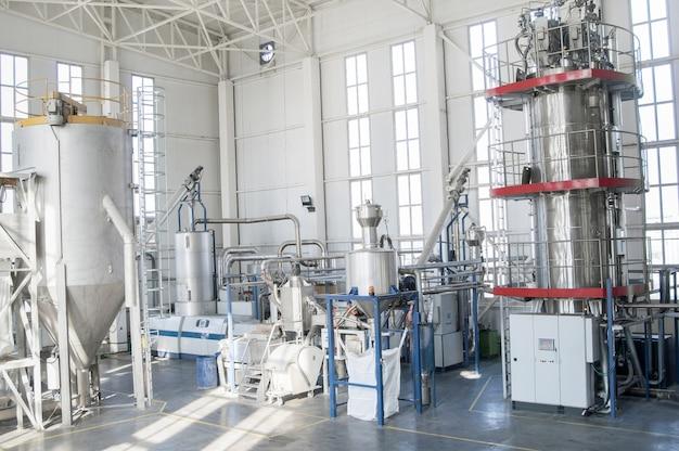 В цеху станки для обработки и изготовления пластиковых гранул.