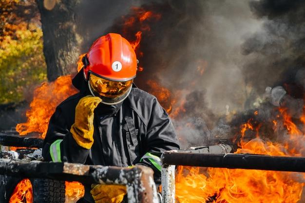消防士は火災の中で、生存者候補を探します