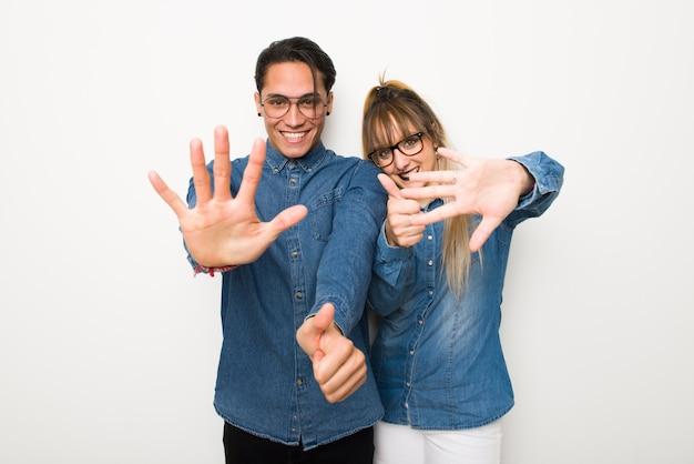 В день святого валентина молодая пара в очках, считая шесть с пальцами