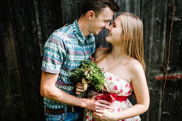 В ожидании, детка, детка. счастливая семья. беременная с любимым мужем. круглый живот. родительство. искренние, самые лучшие и нежные моменты. муж ласкает беременную жену на деревянных фоне