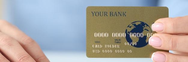 여자의 손에 플라스틱 신용 은행 카드와 키보드 안전한 인터넷 지불 개념