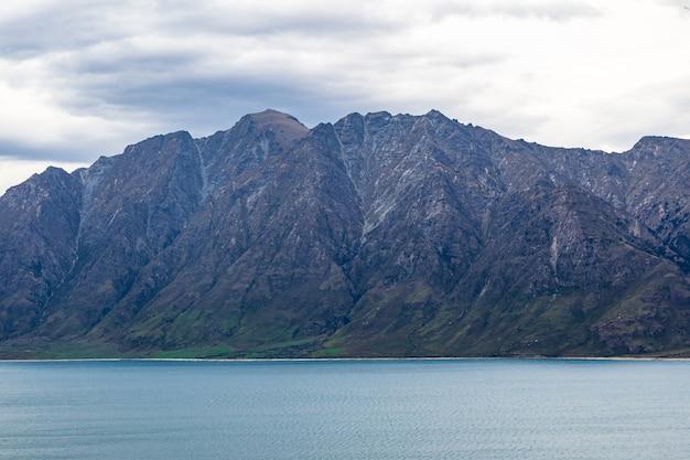 Неприступные скалы на озере хавеа в новой зеландии