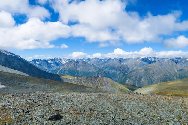 山の尾根の風光明媚なビューinaltai山脈、ロシア