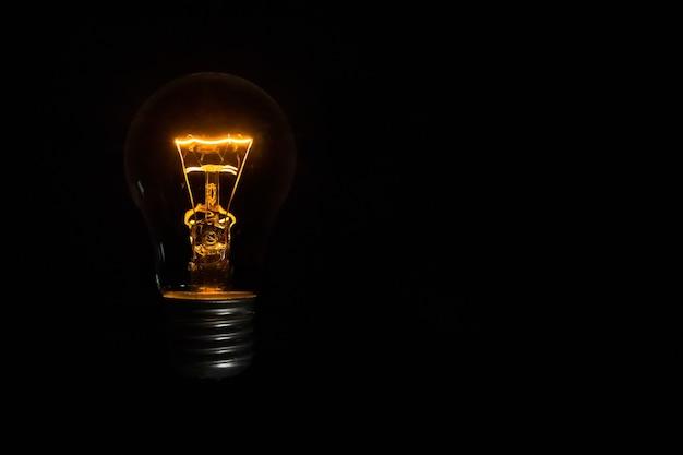 Лампа накаливания на черном фоне