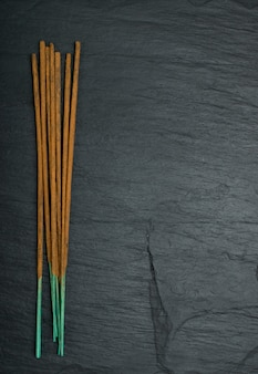 Ароматические палочки для благовоний на черном фоне