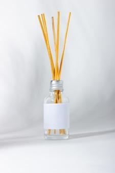 가정용 향. 식물 그림자와 아로마 디퓨저가 있는 흰색 배경. 친환경 홈 향수 컨셉