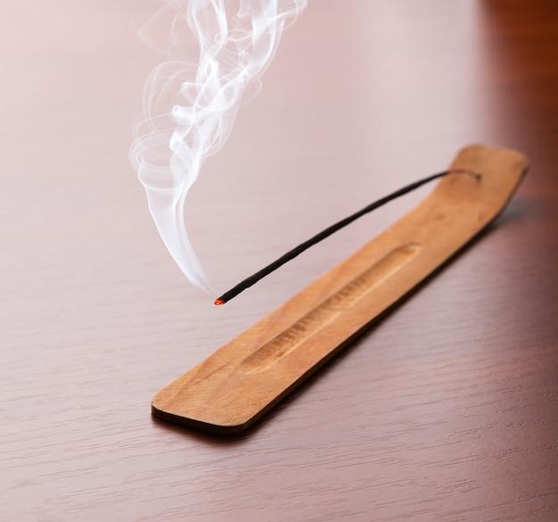 テーブルの上に線香