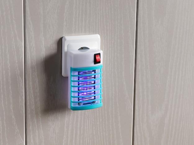 모기로부터 보호하기 위해 벽의 소켓에 전기 훈증기 포함