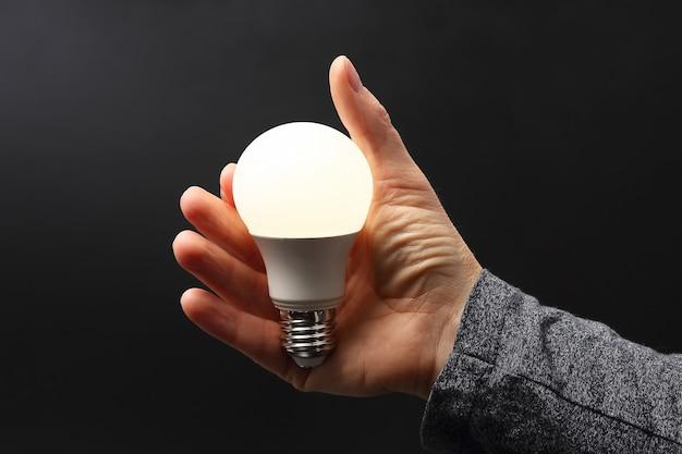 В комплекте светодиодный светильник на ладони изолированного человека