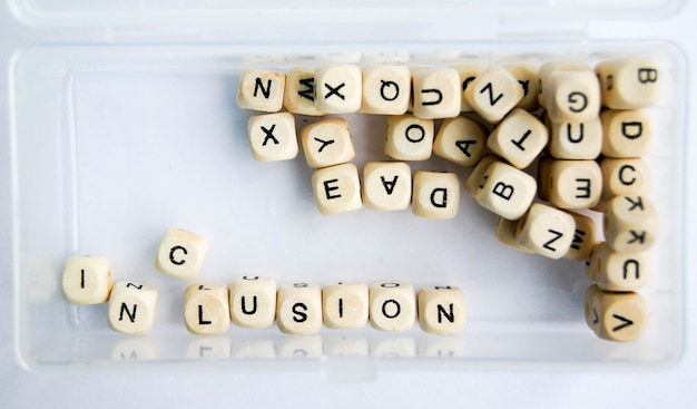 Inclusion text of wooden cubes in box