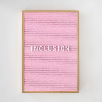 フレーム付きのピンクの帆布に書かれた包含語