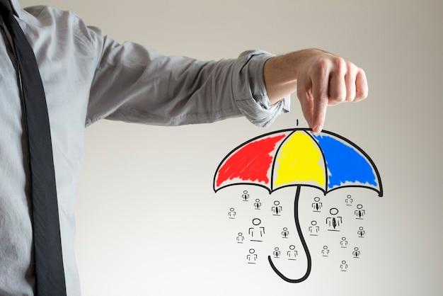 彼の2本の指のジェスチャーで描く人々の上に傘を持っている黒いネクタイのincognito男。保護と保険の概念。