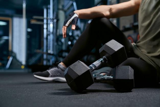 시크릿 남자 체육관에서 바닥에 포즈입니다.