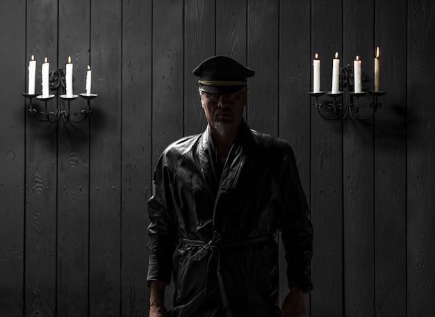 촛불로 모자를 쓴 시크릿 초상화