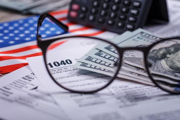 指示書、お金、電卓、眼鏡付きの所得税