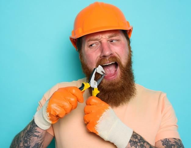 無能な労働者は歯科医のように振る舞い、彼の歯を取り除きます