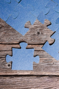 Неполные головоломки, лежащие на деревянных досках в деревенском стиле.