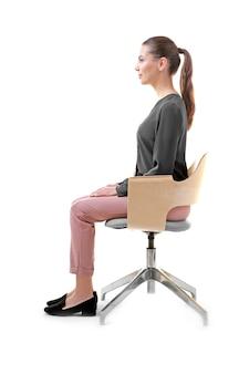 잘못된 자세 개념입니다. 흰색 배경에 대해 의자에 앉아 젊은 여자