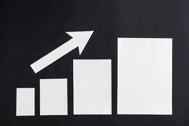 Увеличение простого белого графика со стрелкой на черном фоне