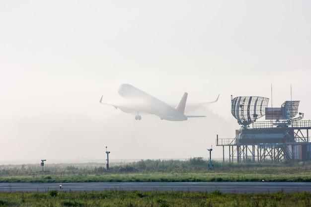 霧の中で離陸する信じられないほどの飛行機