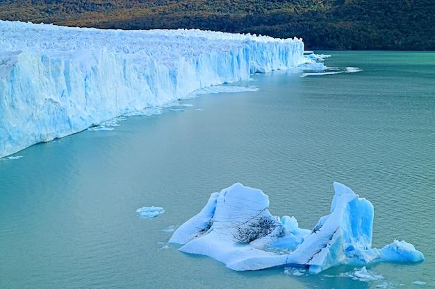 Incredible ice blue color lake argentino with the massive perito moreno glacier and floating icebergs, el calafate, patagonia, argentina