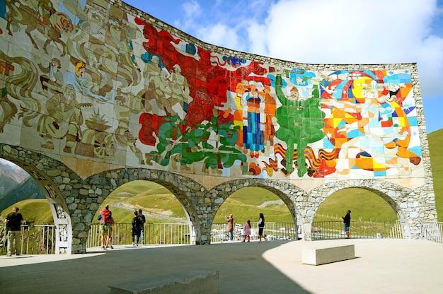 조지아 구다 우리 마을 러시아-조지아 우호 기념비 내부의 놀라운 벽화 타일 작업