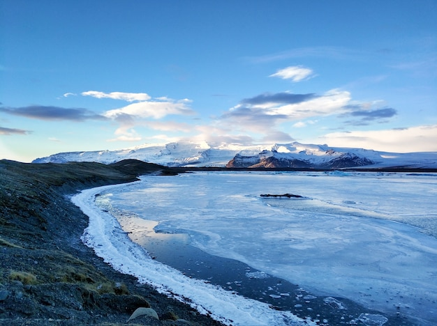 Невероятный природный ландшафт - самый большой ледник на острове в исландии зимой.