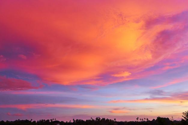 青い空を背景に信じられないほどの赤い夕日の雲