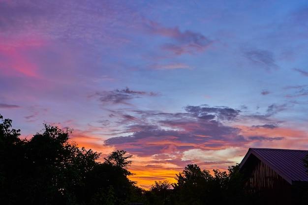 紫の空を背景に信じられないほどの赤い夕日の雲