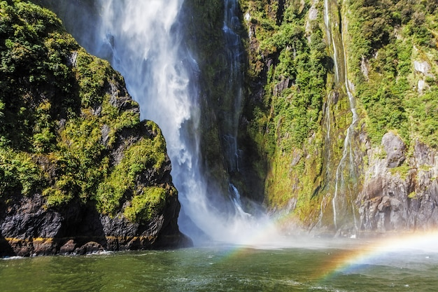Невероятный водопад стирлинг с двойной радугой, милфорд саунд, фьордленд, новая зеландия