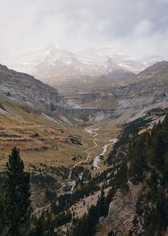 강과 눈 덮인 산이있는 계곡의 놀라운 전망