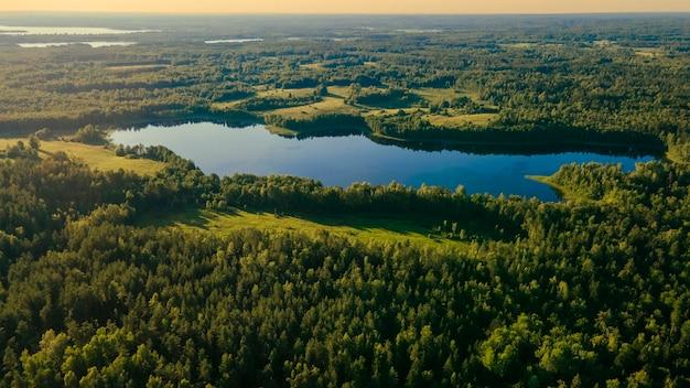 信じられないほど美しい空撮風景緑の森の野原木湖素晴らしい夕日