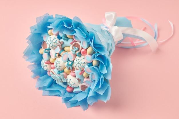 Невероятно красивый букет из разноцветных зефиров и сладостей
