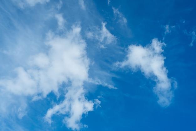 맑은 푸른 하늘을 배경으로 엄청나게 아름다운 구름