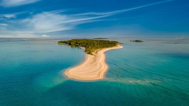 Невероятно красивый пейзаж мальдивские острова бирюзовая вода красивое небо вид с воздуха