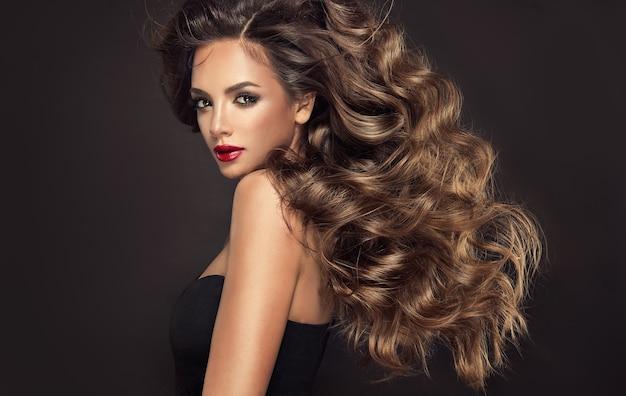 놀랍도록 조밀한 곱슬머리 여성의 머리카락과 빨간 립스틱 미용 예술과 아름다움으로 밝은 화장