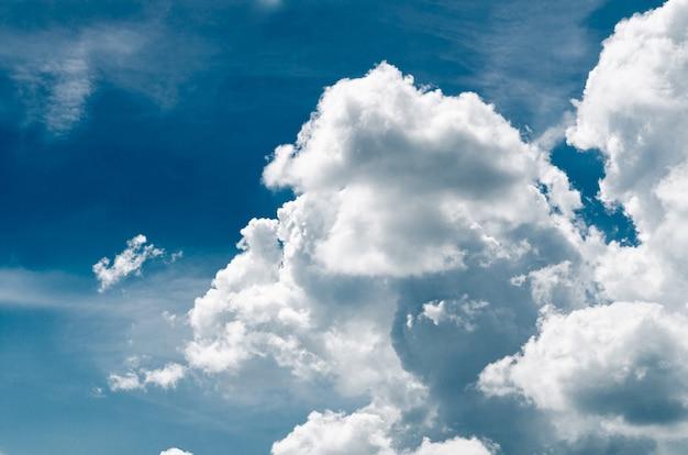푸른 하늘에 대 한 매우 멋진 무성 한 적 운 구름-이미지