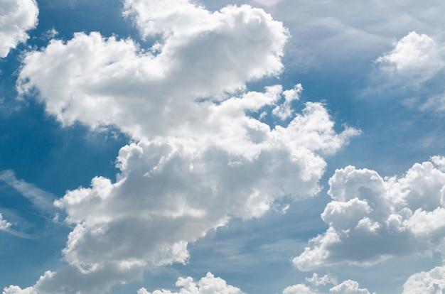 Невероятно красивые пышные кучевые облака на фоне голубого неба - изображение