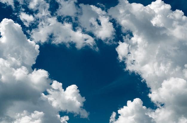 푸른 하늘을 배경으로 엄청나게 멋진 무성한 적운 구름