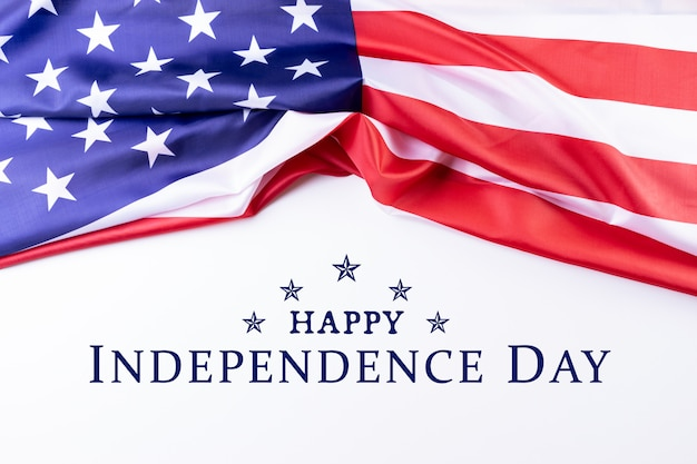 独立記念日。白い背景に対してテキスト「幸せな独立記念日」とアメリカの国旗。