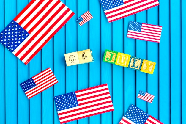 Composizione del giorno dell'indipendenza con piccole bandiere