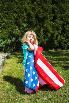 ガーデンの女の子と独立記念日のコンセプト